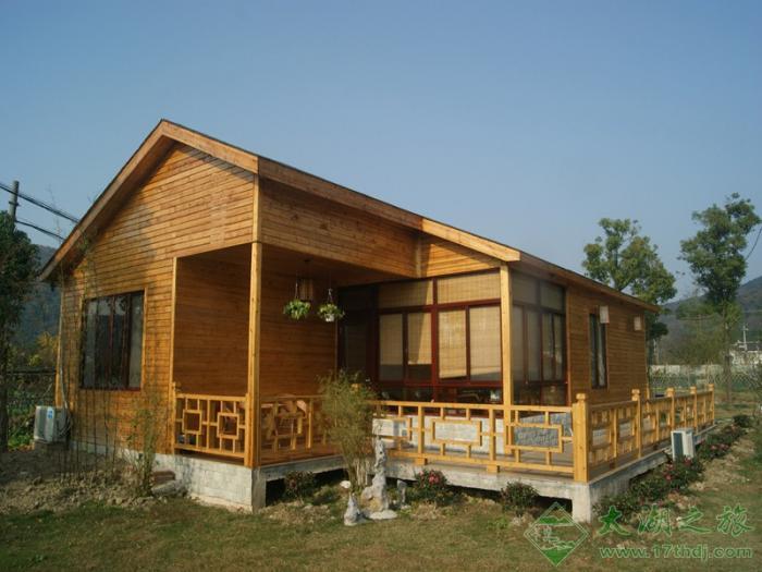 家园农庄木屋别墅,星级农家乐中一个新的亮点,坐落在太湖西山岛西边慈里东,为独幢单层全木屋别墅,建筑面积115平方米,拥有全新标准间、家庭房共3间,可容纳7-9人住宿。木屋家具全部为新西兰松木原木家具,生态环保,做工细腻,富有现代生活感。同时配备豪华休闲棋牌室,观景休闲长廊。配备20M无线宽带、空调、彩电、24小时热水淋浴、独立卫生间,环境优雅,安静生态、卫生整洁,拥有私家停车场。 木屋别墅座落在乡村田野,风光秀丽,空气清新,在别墅的走廊早晨品品主人准备的碧螺春新茶,在柔软的草坪上散散步,有兴趣的朋友可以大